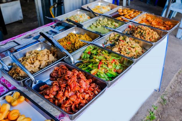 Riz traditionnel de bangkok, aliment de rue, au marché local du matin