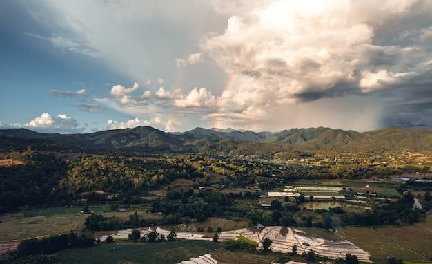 Rizières et montagnes le soir de la saison des pluies