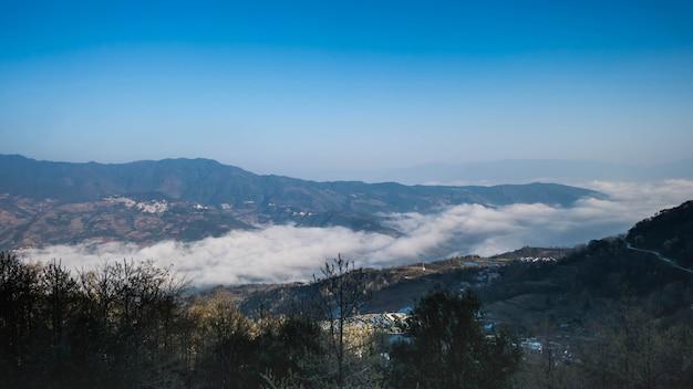 Rizières en terrasses de yuanyang, chine avec une mer de brouillard et de nuages
