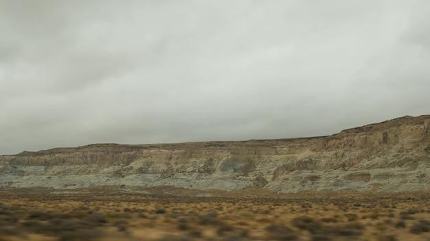 Road trip au grand canyon, arizona usa, conduite automobile depuis l'utah. route 89. auto-stop voyageant en amérique, voyage local, atmosphère calme du far west des terres indiennes. plateau du colorado depuis la fenêtre de la voiture.