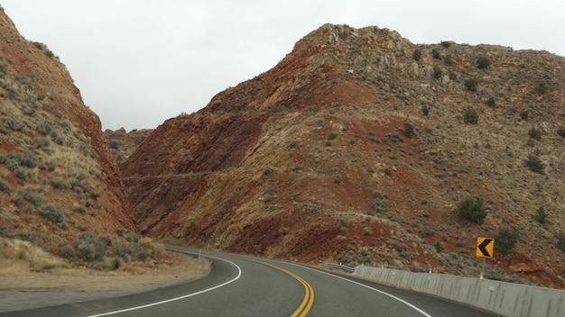 Road trip au grand canyon, arizona usa, conduite automobile depuis l'utah. route 89. auto-stop voyageant en amérique, voyage local, atmosphère calme du far west des terres indiennes. vue sur l'autoroute à travers le pare-brise de la voiture.