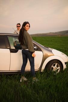 Road trip concept avec jeune couple