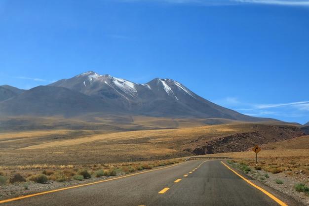 Road trip dans le désert de haute altitude du désert d'atacama dans le nord du chili, en amérique du sud