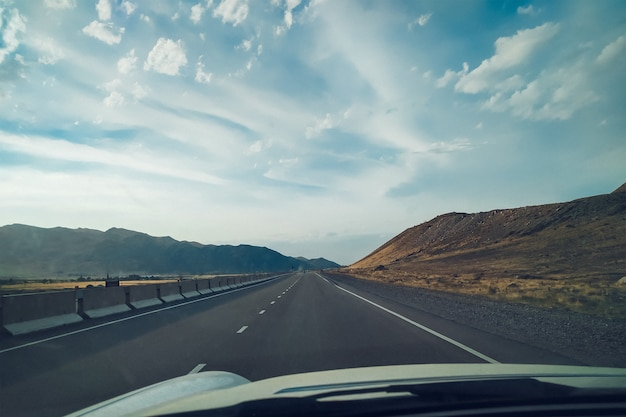 Road trip à travers les montagnes. vue depuis la voiture