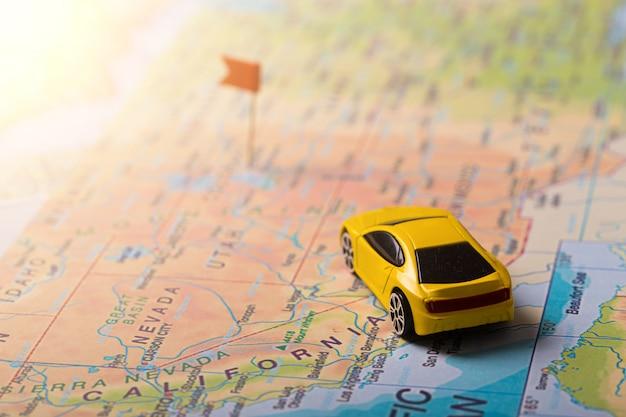 Road trip de vacances en voiture sur la carte avec des points