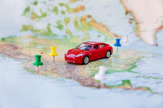 Road trip - voiture va sur la carte à travers le territoire des états-unis.