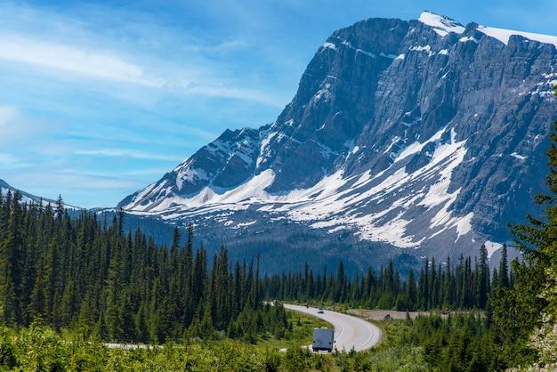 Road trip avec une vue magnifique sur la grande montagne et le ciel bleu en alberta, canada.