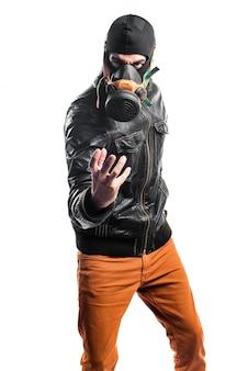 Robber avec masque à gaz