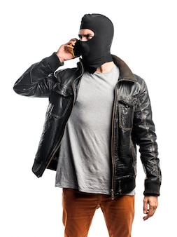 Robber parlant au mobile
