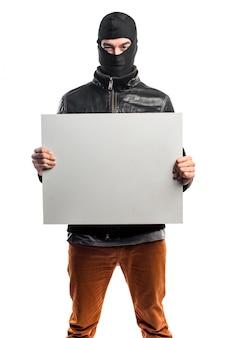 Robber tenant une pancarte vide