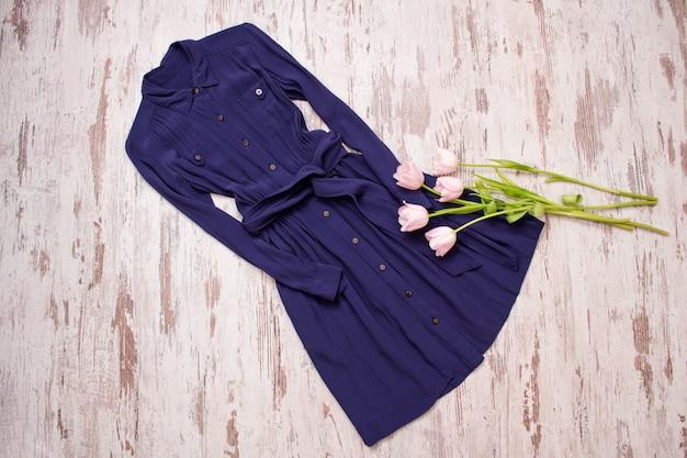 Robe bleue à boutons et tulipes roses