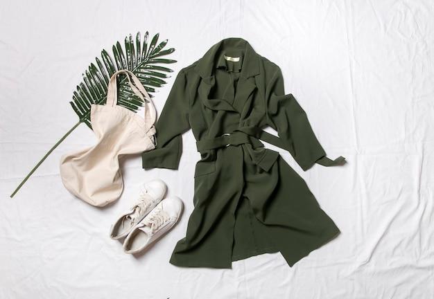 Robe et chaussures sur fond blanc un look d'été élégant