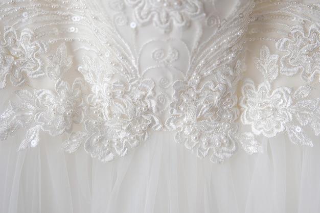 Robe de demoiselle d'honneur avec motifs brodés, paillettes et perles. gros plan et mise au point sélective.