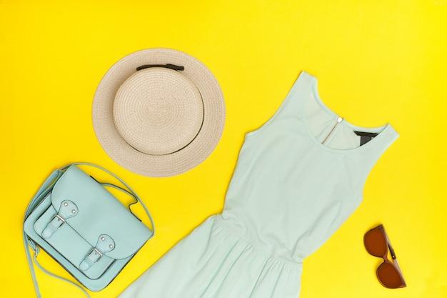 Robe d'été femme menthe robe, chapeau, hahdbag, lunettes fond jaune