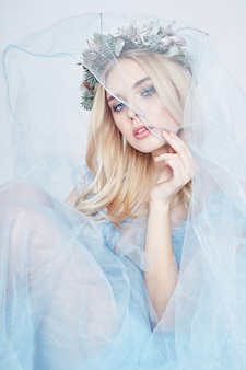 Robe éthérée bleu fée femme et couronne sur la tête