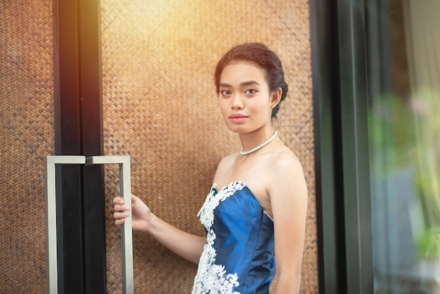 Robe de femme asiatique beau portrait en robe de soirée fashion bleu