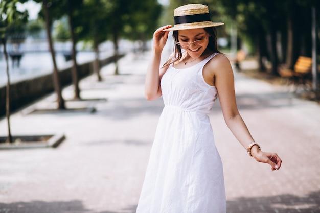 Robe de femme et chapeau à l'extérieur dans le parc