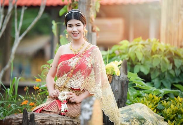 Robe de femme thaïlandaise en asie portrait de belle jeune fille souriante thaïlande