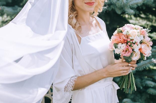 Robe de mariée, alliances, bouquet de mariage