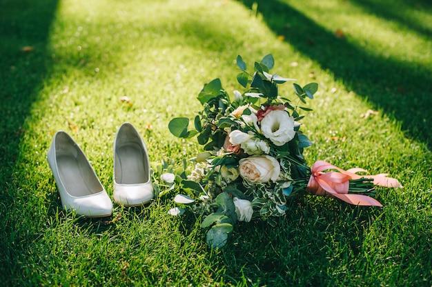 Robe de mariée, alliances, bouquet de mariée