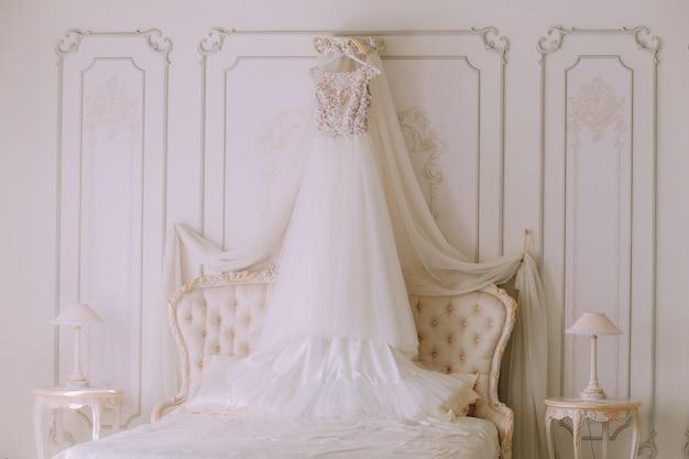 Robe de mariée dans une chambre de luxe