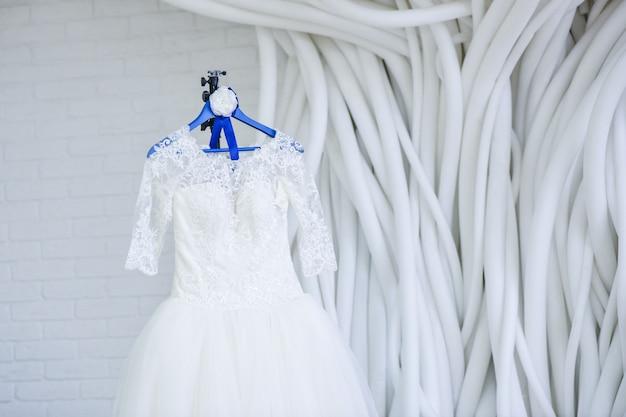 Robe de mariée dans la salle blanche