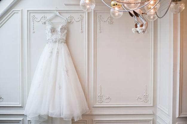 Robe de mariée en dentelle de luxe dans l'intérieur classique de l'hôtel