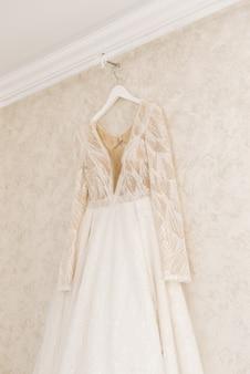 La robe de mariée est suspendue en attendant la cérémonie