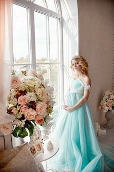 Robe de mariée femme blonde enceinte de luxe