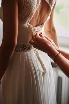 Robe de mariée gros plan noué corset mariée matin