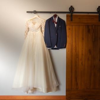 Robe de mariée et le marié le jour de la cérémonie de mariage