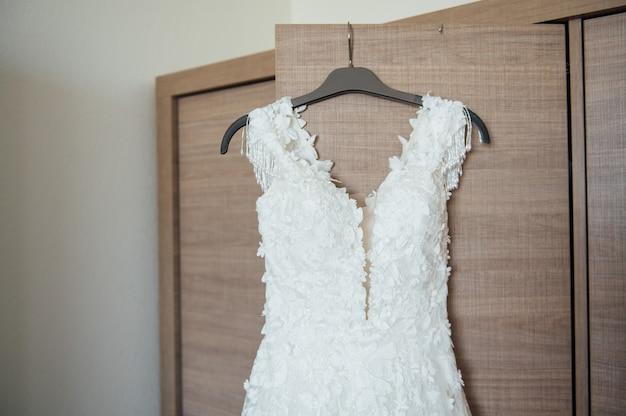 La robe de mariée de la mariée, le matin du mariage
