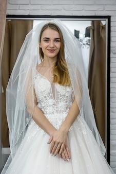 Robe de mariée souriante dans le salon de mariage
