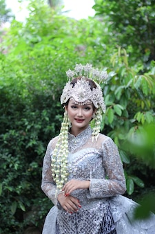 Robe de mariée traditionnelle femme de java photo premium