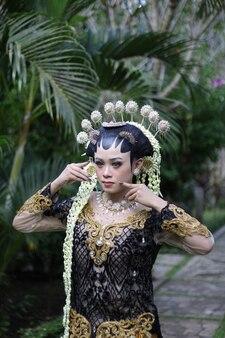 Robe moderne de mariage traditionnel femme de java photo premium