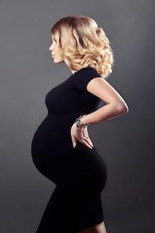 Robe noire de femme enceinte quelques jours avant la naissance