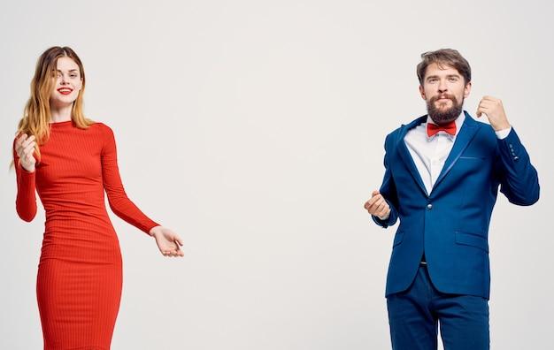 Robe rouge regarde un homme dans un costume style élégant de famille de style de vie de travail. photo de haute qualité