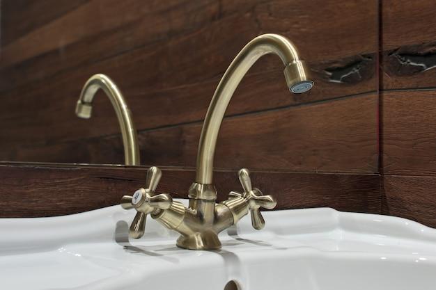 Robinet en bronze dans le lavabo de la salle de bain