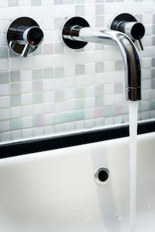 Robinet dans la salle de bain avec eau courante