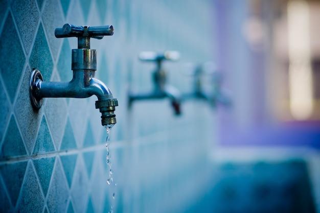 Robinet d'eau, concept d'économie d'eau