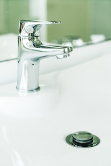 Robinet d'eau dans la salle de bain