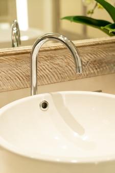 Robinet d'eau gros plan dans la salle de bain