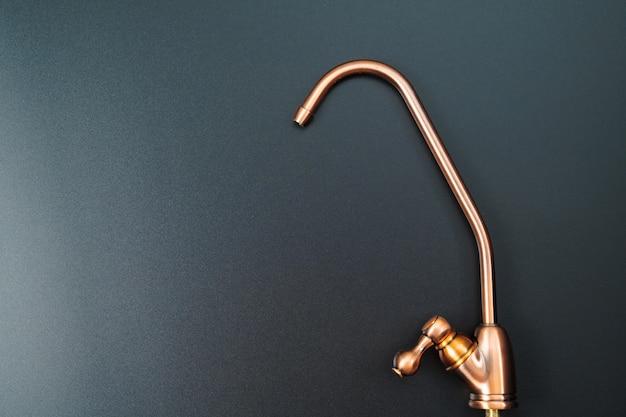 Robinet en laiton pour filtrer l'eau potable sur fond noir