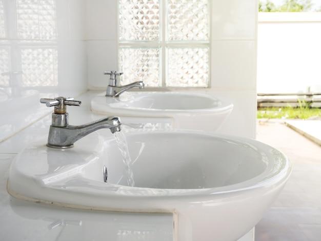 Robinet en métal avec robinet d'eau dans la salle de repos publique. concept de nettoyage.