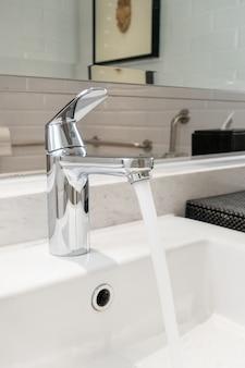 Robinet ou robinet dans la salle de bain