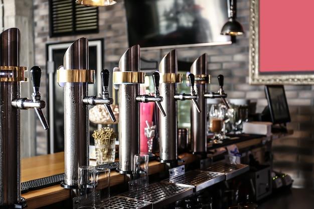 Robinets de bière pression dans un bar moderne