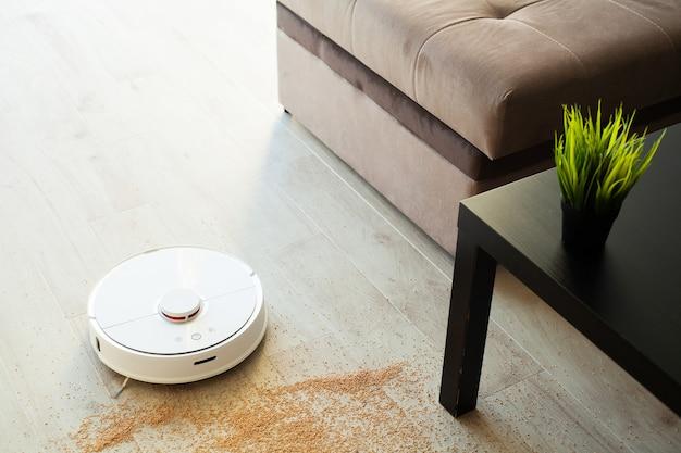 Le robot aspirateur effectue le nettoyage automatique de l'appartement