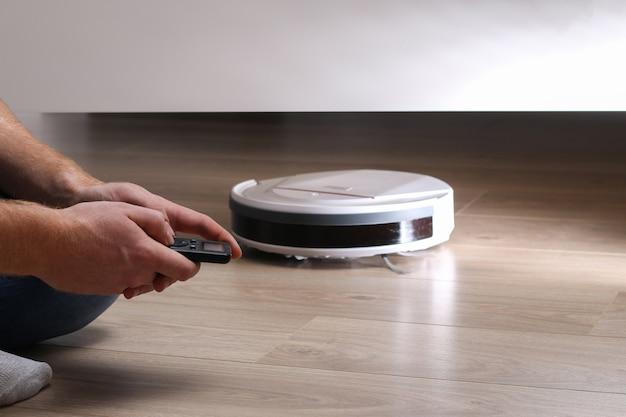 Le robot aspirateur nettoie sous le lit.