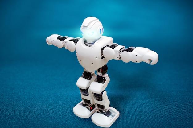 Robot à commande électronique sur une surface bleue