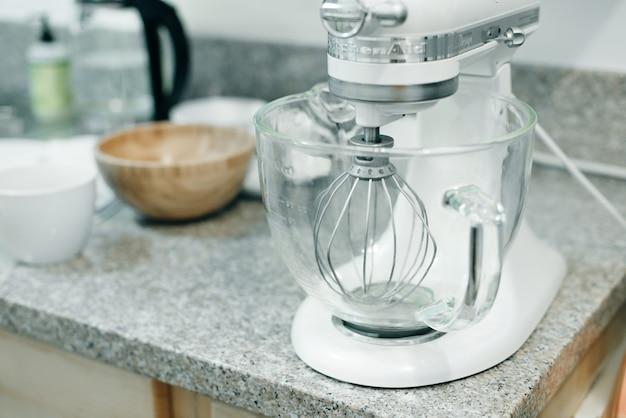Robot culinaire pour pétrir la pâte sur la cuisine.